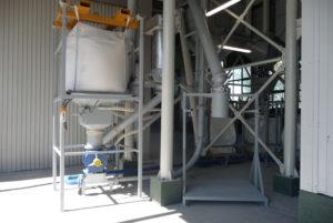 Układ rozładunku big bagów transportem niskociśnieniowym